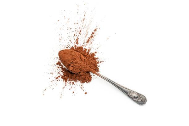 Kakaopulver in einem Löffel auf weißem Hintergrund – Foto