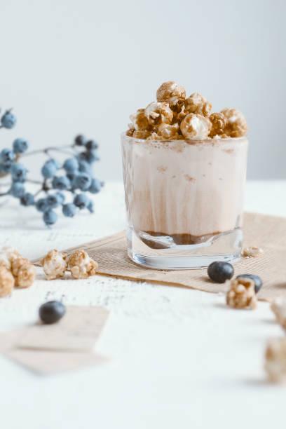 kakao mit popcorn - kaffee protein shakes stock-fotos und bilder