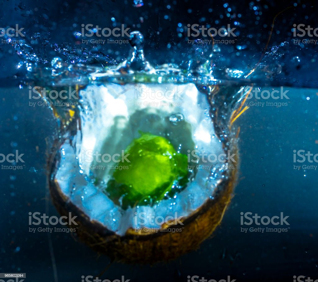 Kokos en limoen Splash - Royalty-free Bel - Vloeistof Stockfoto