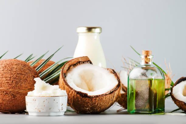 mct beurre de noix de coco ou huile de noix de coco. nourriture saine biologique, beauté et concept de spa. fond gris. espace de copie - cold pressed photos et images de collection