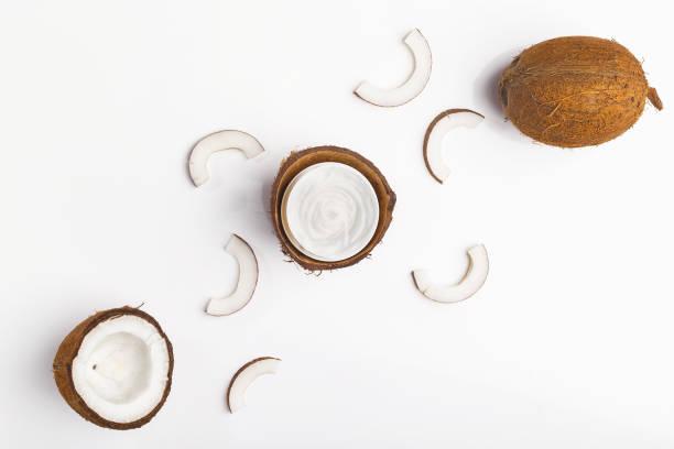 hindistan cevizi kozmetik ürünler, üstten görünüm - hindistan cevizi tropik meyve stok fotoğraflar ve resimler