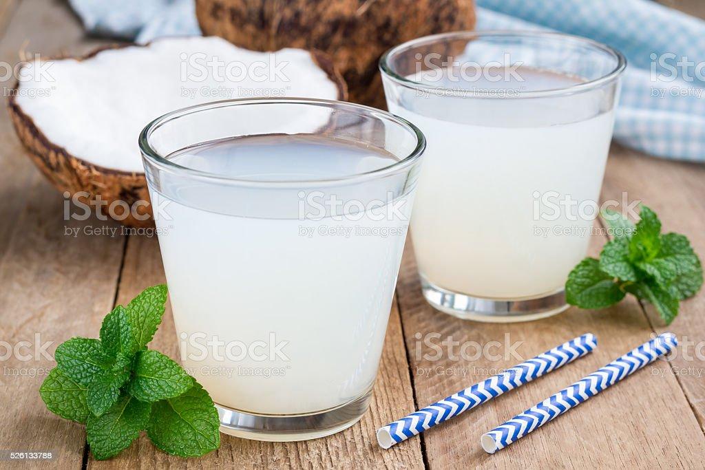 Coco bebida com polpa de vidro na mesa de madeira - foto de acervo