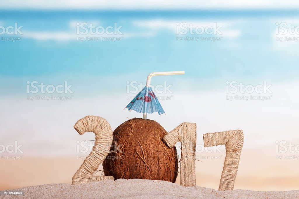 Coconut instead number 0 in 2017 in sand against sea. Lizenzfreies stock-foto