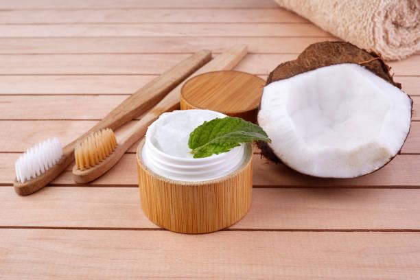 Kokosöl und Minze hausgemachte Zahnpasta, umweltfreundliche Bambus-Zahnbürste, natürliche Gesundheitsversorgung. – Foto