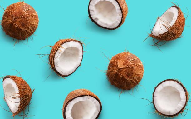 파란색 배경에 코코넛 패턴입니다. 반나절과 전체 코코넛. 반복 개념입니다. 상위 뷰 - 열대 과일 뉴스 사진 이미지