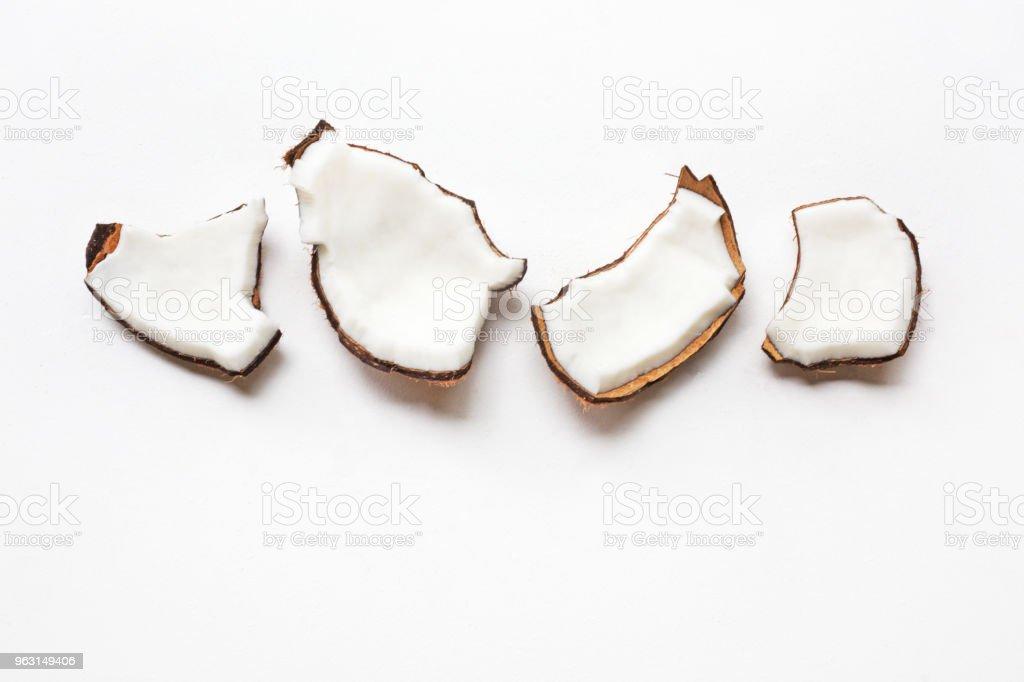 Kokos bitar på vit bakgrund. - Royaltyfri Aromaterapi Bildbanksbilder