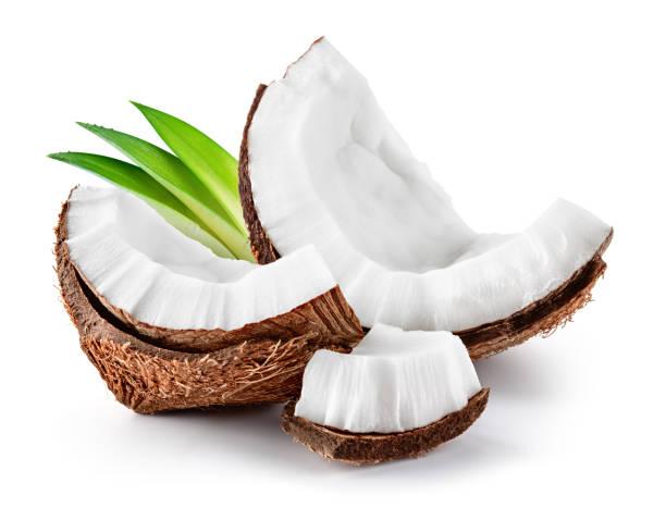 hindistan cevizi dilimi. beyaz üzerinde izole coco parçaları. yaprakları olan hindistan cevizi. - hindistan cevizi tropik meyve stok fotoğraflar ve resimler