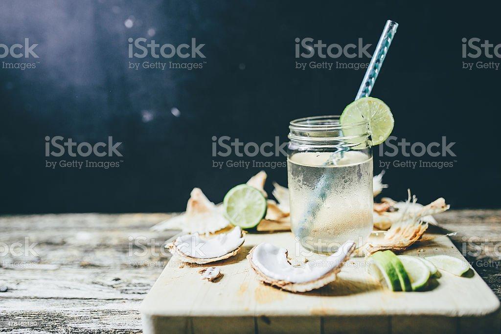 Uma jarra de água de coco - foto de acervo