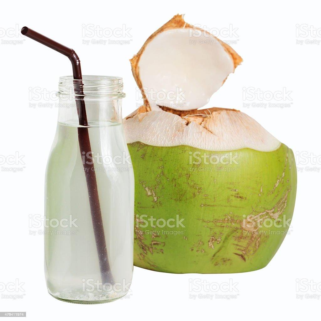 Água de coco em vidro de garrafa isolada no branco - foto de acervo
