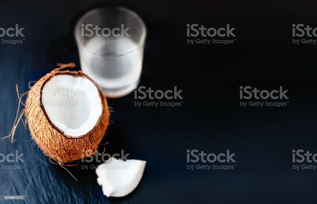 Coco com leite de coco em uma taça - foto de acervo