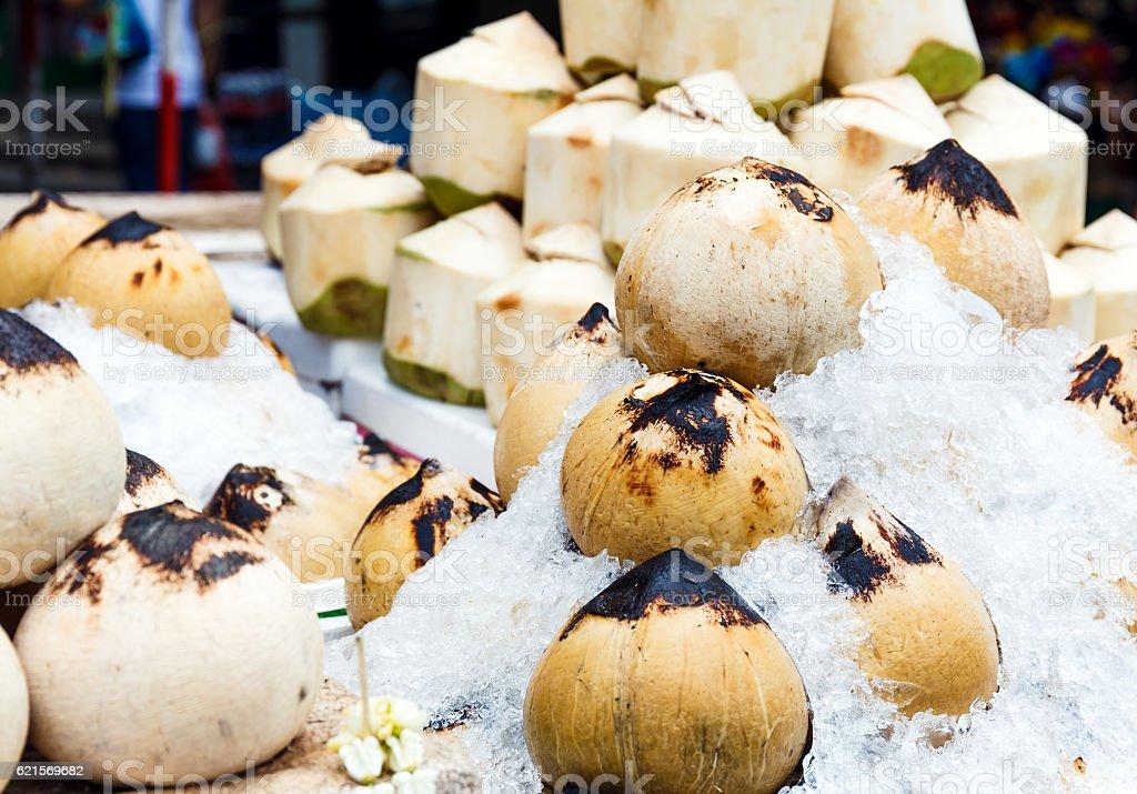 Noci di cocco per la vendita  foto stock royalty-free
