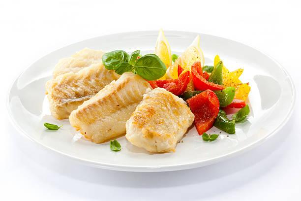 frito bacalhau os filetes e produtos hortícolas - cod imagens e fotografias de stock
