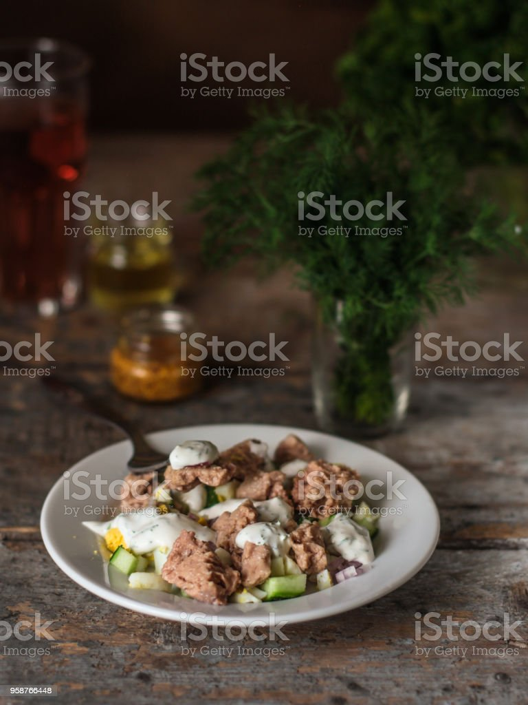 タラの肝臓 (シーフード サラダ) タラと野菜のサラダ - 健康食品 (新鮮な野菜セット)。 食品の背景 - ウクライナのロイヤリティフリーストックフォト