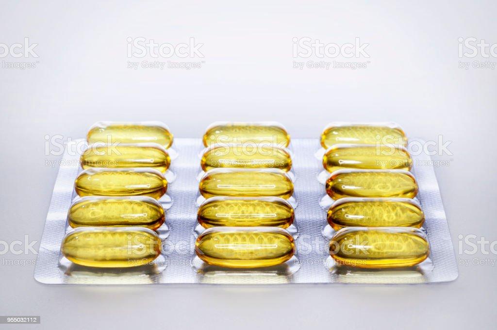Pastillas de aceite de hígado de bacalao en blister - foto de stock