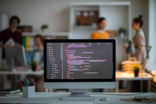 codierte sachen auf dem bildschirm - webdesigner stock-fotos und bilder