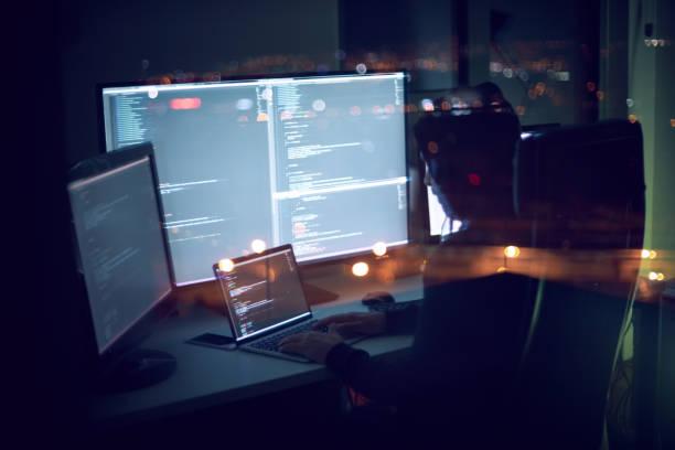 Programmierer arbeiten spät in die Nacht – Foto