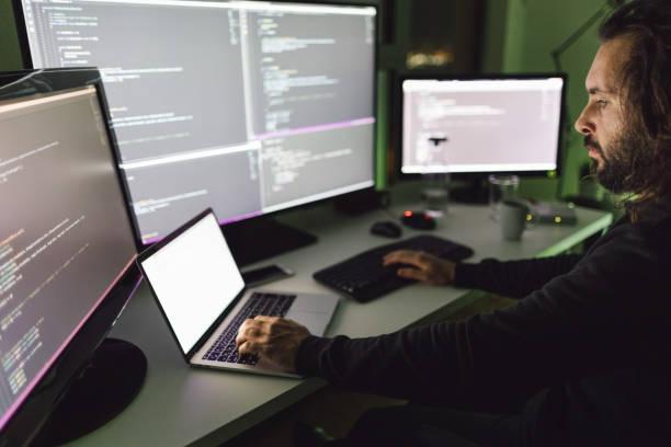 Coder arbeitet spät in der Nacht – Foto