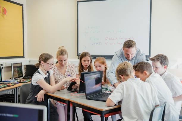 html-kodning lektion i skolan - digital device classroom bildbanksfoton och bilder