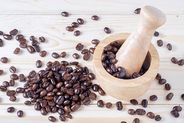 Granos de café y mortero - foto de stock