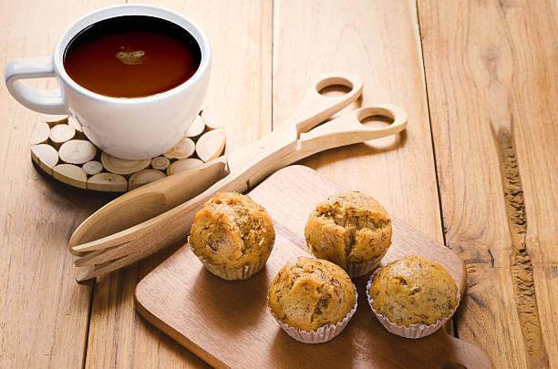 coffee and banana cupcake - gebackene banane stock-fotos und bilder