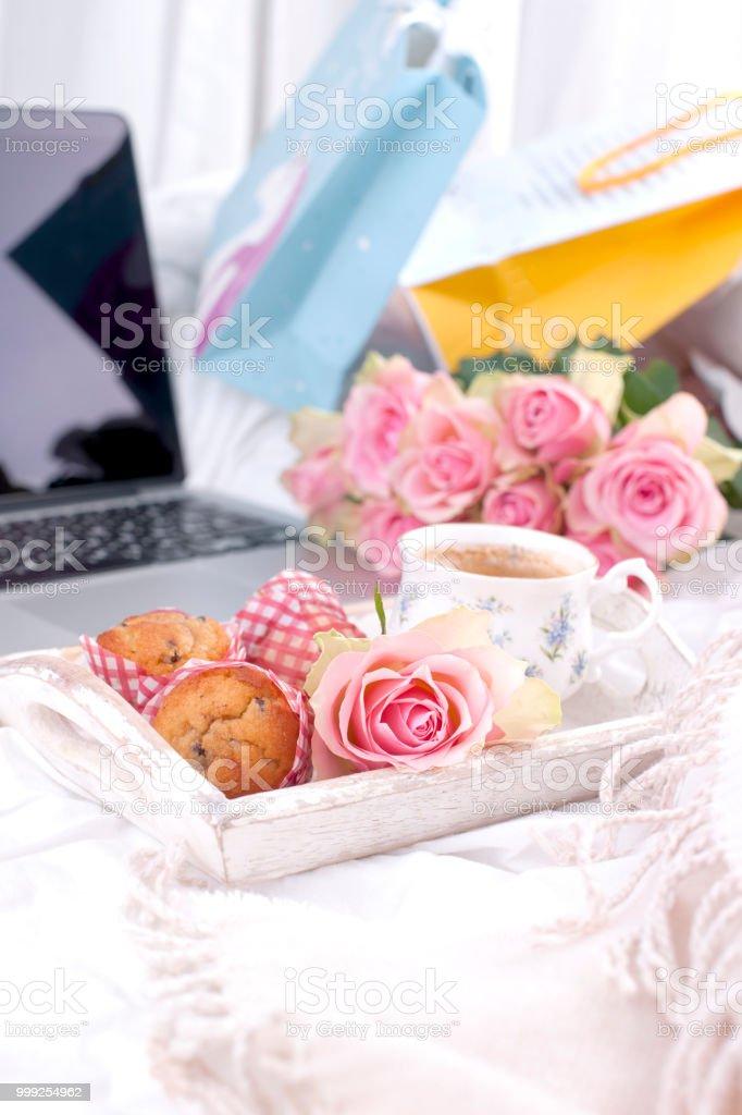 Kaffee Und Strauß Rosa Rosen Im Bett Romantik Und