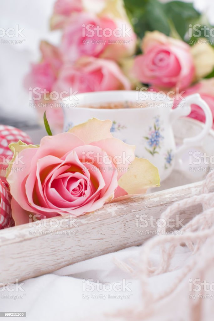 Kaffee Und Strauß Rosa Rosen Im Bett Romantik Und Gemütlichkeit Guten Morgen Frühstück Im Bett Textfreiraum Stockfoto Und Mehr Bilder Von