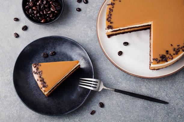 kaffee und karamell kuchen, mousse dessert auf eine platte, graue stein hintergrund. ansicht von oben. textfreiraum - schokoladen käsekuchen törtchen stock-fotos und bilder