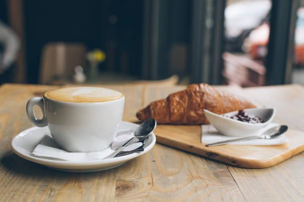 café y un croissant - desayuno fotografías e imágenes de stock