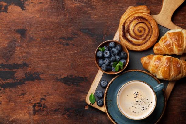 koffie en croissants ontbijt - deeggerechten stockfoto's en -beelden