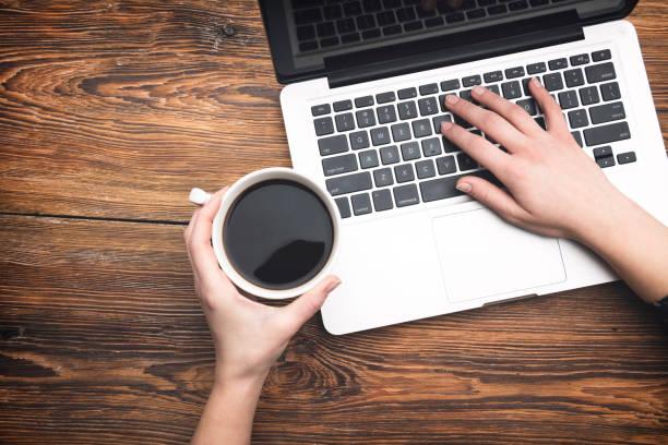 kaffee und laptop - schwarzer kaffee net stock-fotos und bilder