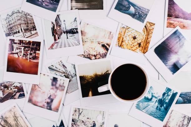 kaffee und polaroids - fotografie stock-fotos und bilder