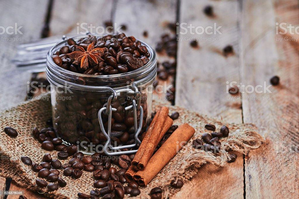 Café y anís estrellado en el recipiente - Foto de stock de Alimentos deshidratados libre de derechos