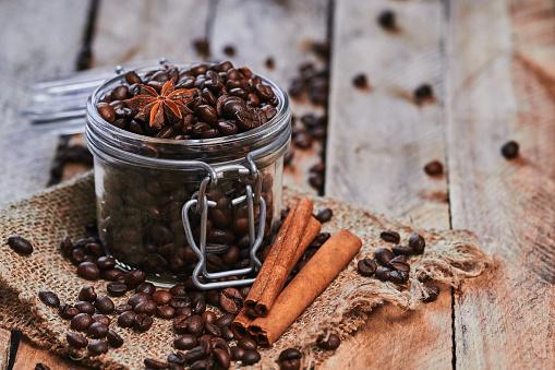 Café Y Anís Estrellado En El Recipiente Foto de stock y más banco de imágenes de Alimentos deshidratados