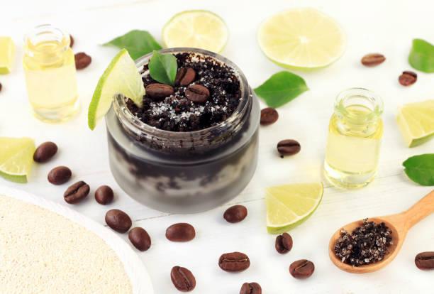 kaffee und zucker getreide mischen für haut-peeling in kosmetischen glas mit scheiben von frischem grün lime obst - kaffeepeeling stock-fotos und bilder