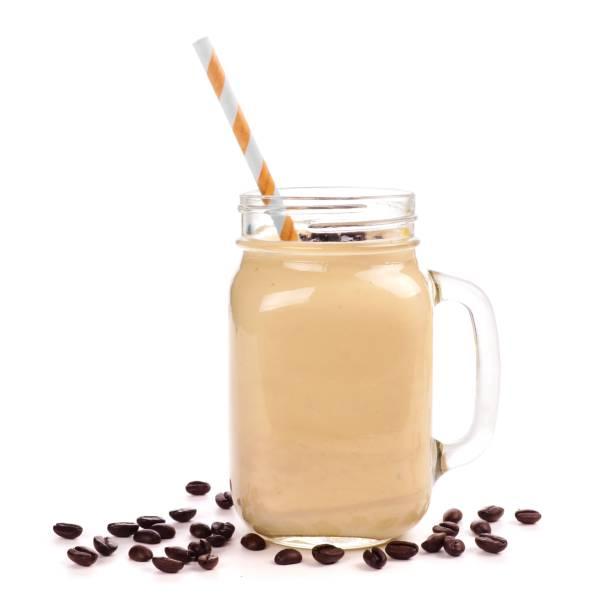 kaffee, bananen-smoothie in ein einmachglas, isoliert auf weiss - einmachglassmoothie stock-fotos und bilder