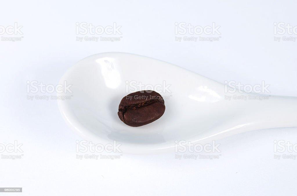 Chicco di caffè su cucchiaio foto stock royalty-free