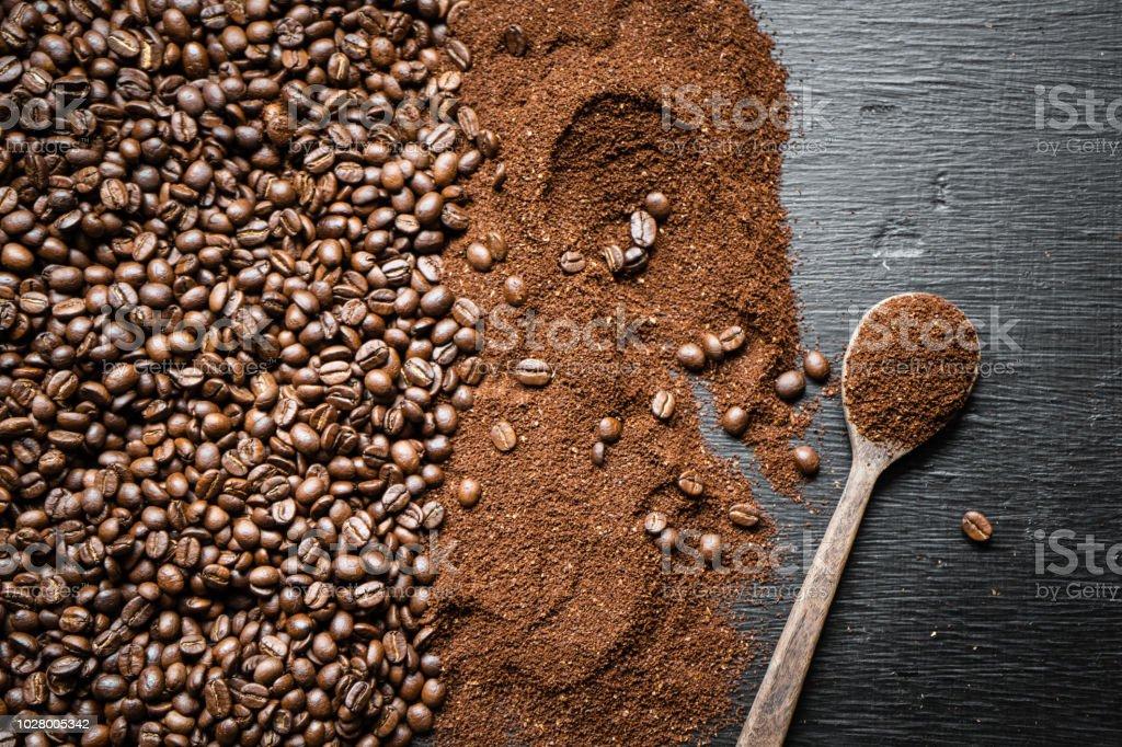 Kaffeebohne geröstete und zerkleinerten Hintergrund an die Tafel – Foto
