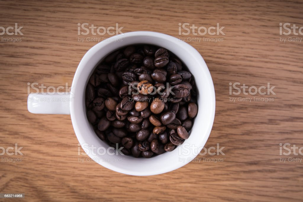 coffee beans and cup full of coffee royalty-free 스톡 사진