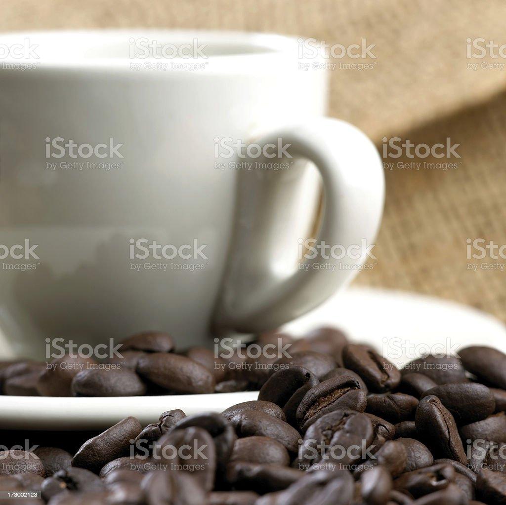 Kaffeebohnen und eine Tasse Lizenzfreies stock-foto