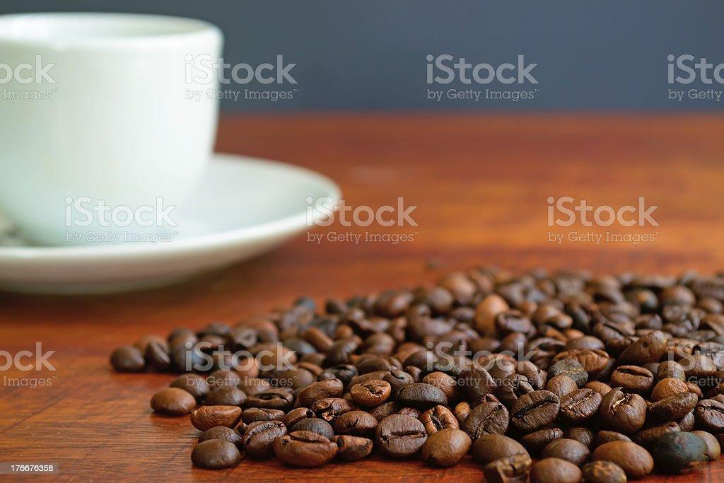 Taza de granos de café y foto de stock libre de derechos