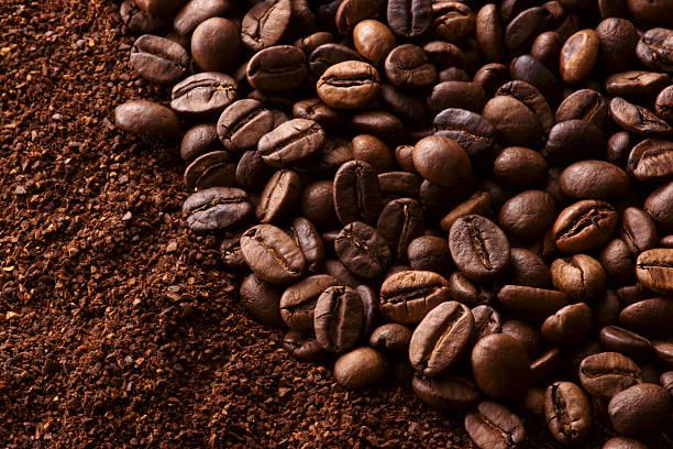 kaffeebohnen und gemahlenen kaffee - kaffeepulver stock-fotos und bilder