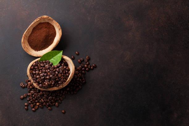 kaffeebohnen und boden pulver - kaffeepulver stock-fotos und bilder
