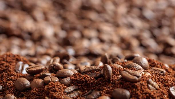 커피 원두와 분말 - 커피 마실 것 뉴스 사진 이미지