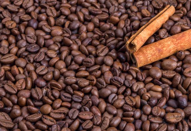 kaffeebohnen hintergrund - mokkatassen stock-fotos und bilder