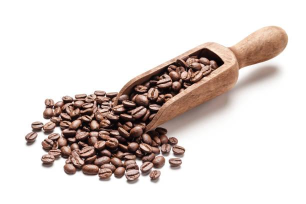 Kaffeebohnen in eine hölzerne Portion Kugel isoliert auf weißem Hintergrund – Foto