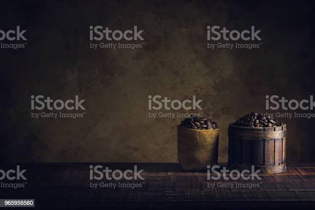 Coffee Beans In Container On Wood Floor And Old Paper Vintage Aged Background Or Texture - Fotografias de stock e mais imagens de Antigo