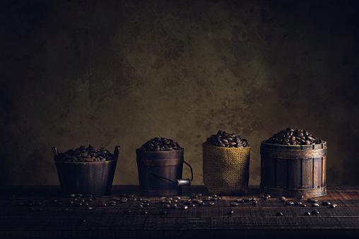 Koffiebonen In De Container Op De Houten Vloer En Oud Papier Vintage Leeftijd Achtergrond Of Textuur Stockfoto en meer beelden van Achtergrond - Thema