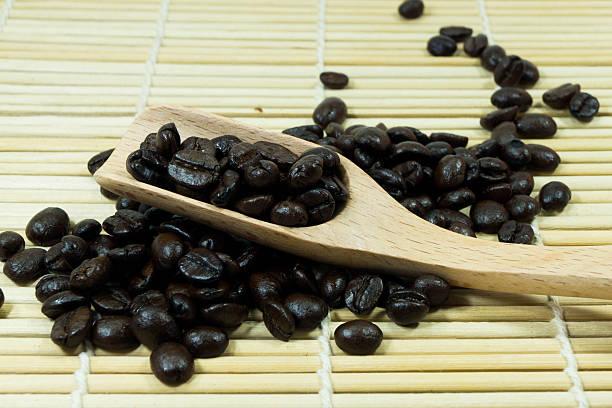 Kaffeebohnen aus hölzernen Löffel – Foto