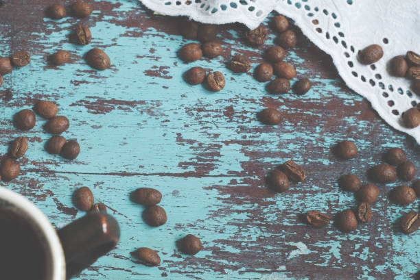 커피 원두 파란색 배경 - 커피 마실 것 뉴스 사진 이미지