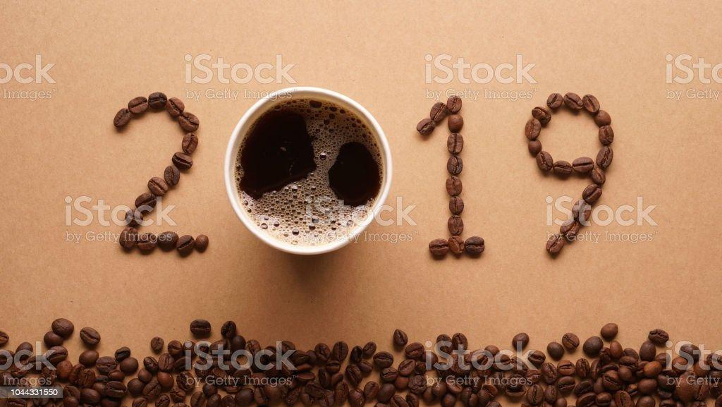 2019 Kaffeebohnen auf Papier Textur im Vintage-Stil für Neujahr Konzept Hintergrund – Foto